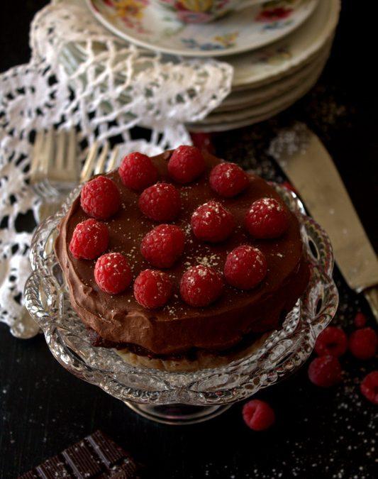 """Cheesecake """"ibrida"""" con salsa di lamponi, cioccolato fondente e Aceto Balsamico Biologico"""